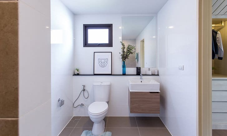 """จัดบ้าน วิธีการเสริมฮวงจุ้ยสำหรับ """"ห้องน้ำใต้บันได"""""""